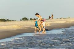 La gente gode di bella spiaggia nella sera al delfino I Fotografie Stock