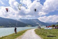 La gente gode di di fare windsurf nel lago Levico in Laces Immagine Stock