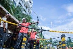 La gente gode di di giocare il tiro con l'arco Fotografie Stock Libere da Diritti