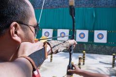 La gente gode di di giocare il tiro con l'arco Fotografia Stock