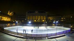 La gente gode di di pattinare sulla pista di pattinaggio sul ghiaccio nel centro della città di Budapest (lasso di tempo) archivi video