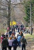 La gente gode di domenica soleggiata al giardino botanico a Kiev fotografia stock libera da diritti