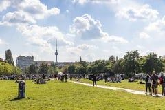 La gente gode di domenica soleggiata a Mauerpark a Berlino immagini stock libere da diritti