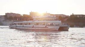 La gente gode di una passeggiata del fiume sulla nave bianca video d archivio