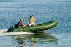 La gente in gommone con il galleggiante del motore Immagine Stock Libera da Diritti