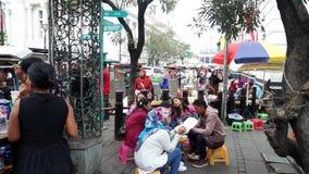 La gente goza de culinario en la ciudad vieja Jakarta almacen de video