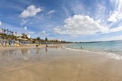 La gente goza de la playa artificial Fotos de archivo