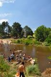 La gente goza de la playa en un río de general Belgrano, Córdoba, la Argentina del chalet foto de archivo