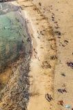 La gente goza de la playa hermosa Imagenes de archivo