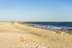 La gente goza de la playa hermosa en última hora de la tarde en el delfín I fotografía de archivo libre de regalías