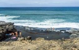 La gente goza de las ondas enormes Foto de archivo libre de regalías