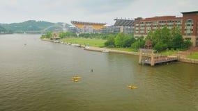 La gente goza de la orilla del norte en Pittsburgh céntrica almacen de video