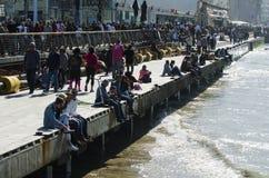 La gente goza de un puerto de Tel Aviv del día soleado Fotos de archivo libres de regalías