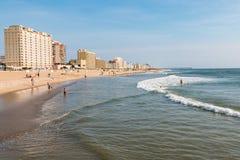 La gente goza de Virginia Beach Oceanfront fotos de archivo