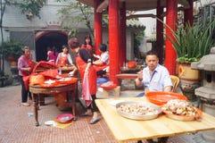 La gente goza del cerdo de carne asada en la adoración del templo Foto de archivo libre de regalías