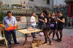 La gente goza del cerdo de carne asada en la adoración del templo Imagen de archivo libre de regalías