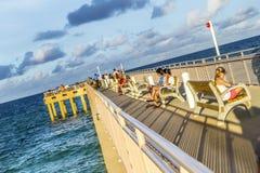 La gente goza del embarcadero de la pesca en Sunny Isles Beach Foto de archivo libre de regalías