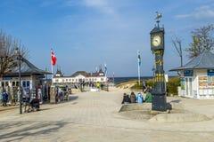 La gente goza del embarcadero y de la playa de Ahlbeck en el mar Báltico en Usedom I Foto de archivo