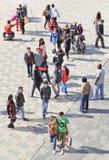 La gente goza del sol en un área de compras, Pekín, China de la primavera Imagen de archivo libre de regalías