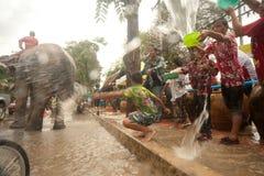 La gente goza el salpicar del festival de Songkran del agua en Tailandia. Imagenes de archivo