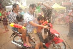 La gente goza el salpicar del festival de Songkran del agua en Tailandia. Foto de archivo