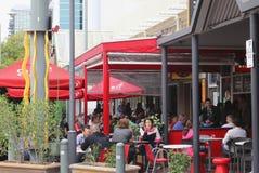 La gente goza en una terraza acogedora, Adelaide, Australia Imágenes de archivo libres de regalías