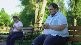 La gente grassa facile comunica nella rete sociale ma nella conoscenza impaurita in realtà stock footage