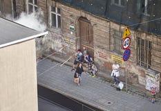 La gente guarda il fuoco dell'edificio residenziale alla via di Niemierzynska Fotografia Stock