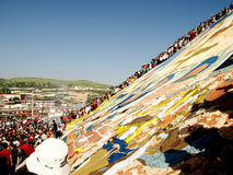 La gente guarda il sai Buddha del pendio di collina Fotografie Stock Libere da Diritti