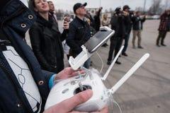 La gente guarda il volo di Dji ispirare 1 UAV del fuco Immagini Stock Libere da Diritti