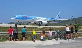 La gente guarda l'aeroplano Fotografia Stock Libera da Diritti