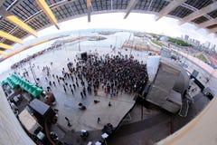 La gente guarda un concerto al festival 2013 del suono di Heineken Primavera Fotografia Stock