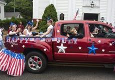 La gente guida nella parte posteriore di un camion nel Wellfleet quarto della parata di luglio in Wellfleet, Massachusetts Fotografie Stock