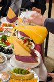 La gente ha cena su un banchetto. Immagine Stock Libera da Diritti