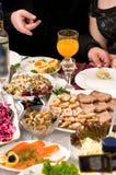 La gente ha cena su un banchetto. Immagine Stock