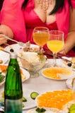 La gente ha cena su un banchetto. Fotografia Stock