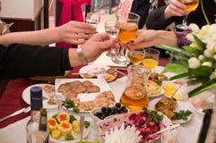 La gente ha cena su un banchetto. Fotografie Stock Libere da Diritti