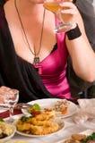 La gente ha cena su un banchetto. Immagini Stock Libere da Diritti
