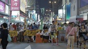 La gente ha letto l'articolo alla rivoluzione dell'ombrello in Monkok, Hong Kong Fotografie Stock
