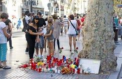 La gente ha riunito sul ` s Rambla di Barcellona dopo il atack del terrorista Fotografie Stock