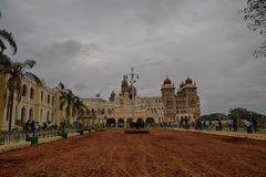 La gente ha visitato il palazzo di Mysore durante il giorno della repubblica Immagini Stock
