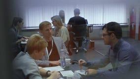 La gente habla con los encargados de la hora durante la entrevista de trabajo para el empleo en el parque de alta tecnología MINS almacen de video