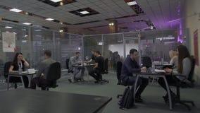La gente habla con los reclutadores durante trabajo que emplean para el empleo en el parque de alta tecnología Minsk, Bielorrusia almacen de metraje de vídeo