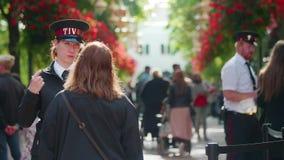 La gente habla con un asistente del parque delante del parque de Tivoli, Copenhague almacen de metraje de vídeo