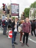 La gente hace campaña contra el BNP durante una protesta del BNP en Londons Imagen de archivo