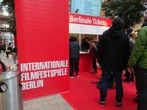 La gente hace cola para arriba delante de una cabina que vende los boletos para el festival de cine de Berlinale Fotografía de archivo libre de regalías