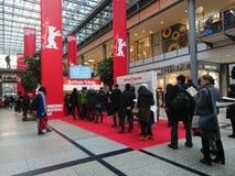 La gente hace cola para arriba delante de una cabina que vende los boletos para el festival de cine de Berlinale Fotografía de archivo