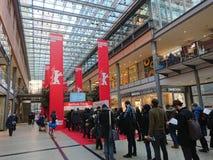 La gente hace cola para arriba delante de una cabina que vende los boletos para el festival de cine de Berlinale Fotos de archivo