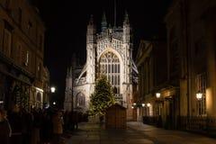 La gente hace cola para la masa de medianoche de la Navidad en la abadía del baño Fotos de archivo libres de regalías