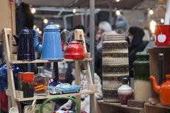 La gente hace compras en el viejo mercado de Spitalfields en Londres Un mercado existió aquí por lo menos 350 años Imagen de archivo